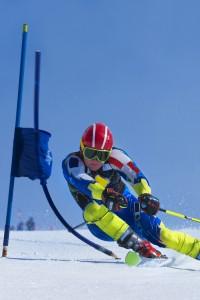 Uno sciatore, lungo la discesa, perde energia potenziale e la trasforma in energia cinetica