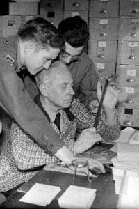 Il fotografo di Hitler Heinrich Hoffmann ispeziona le prove durante il processo di Norimberga
