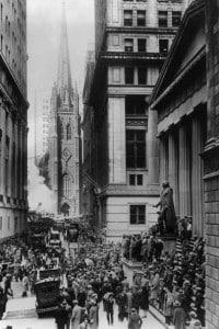 Foto dell'esterno di Wall Street durante il giovedì nero, prima del crollo di Wall Street