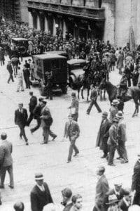 L'esterno della Borsa di New York durante il 24 ottobre 1929