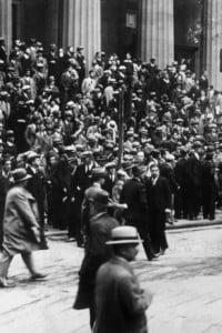 Folla preoccupata guarda verso la sede della Borsa di New York durante il giovedì nero del 1929
