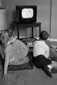 Bambini davanti alla tv nel 1957