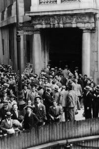 Folla all'ingresso della borsa di New York il 24 ottobre 1929