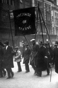 Dimostrazione organizzata da disoccupati nel 1930 tra le strade di Londra