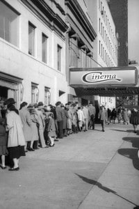 Fila davanti al cinema, New York, 1950