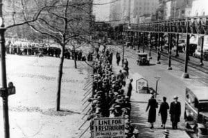 Fila per la distribuzione dei viveri a New York durante la Grande Depressione