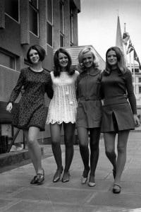 Modelle in minigonna nel 1967. Negli anni del consumismo anche la figura femminile cambia