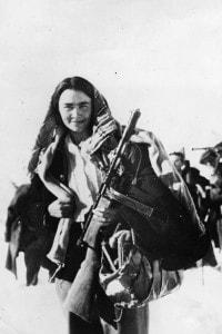 Tra i partigiani non era raro che si arruolassero anche degli insegnanti, come questa donna (gennaio 1944)