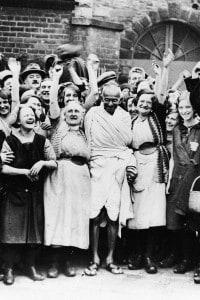 Gandhi in Inghilterra con le lavoratrici del settore tessile, primo vero simbolo della non violenza