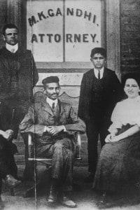 Gandhi di fronte al suo studio da avvocato in Sudafrica