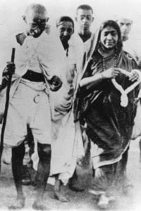 Gandhi con la poetessa e attivista Sarojini Naidu durante la Marcia del sale