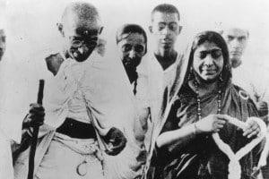 Gandhi nel corso della marcia del sale