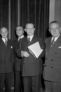 Alcide De Gasperi riceve l'ambasciatore James Dunn e altri delegati americani nel 1948
