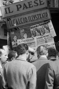 Folla davanti a un'edicola all'indomani della promozione della Legge Truffa
