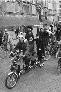 A causa della crisi petrolifera del 1973 si iniziò a preferire la bici all'automobile