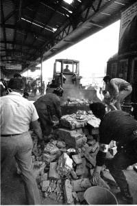 I lavori alla stazione di Bologna dopo la strage del 2 agosto 1980
