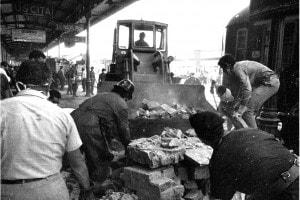 Strage di Bologna del 2 agosto 1980: una foto dei soccorritori che cercano di estrarre le vittime
