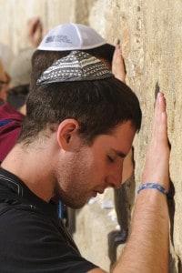 Gerusalemme, ebrei in preghiera al Muro del pianto