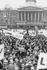 Protesta davanti a Trafalgar Square per la crisi di Suez nel 1956