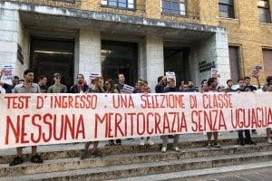la protesta della Gioventù Comunista di fronte all'edificio di Ortopedia della Sapienza