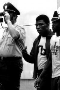 Monaco 1972: due atleti vengono scortati da poliziotti nel villaggio olimpico, dopo l'attentato costato la vita a 17 persone.