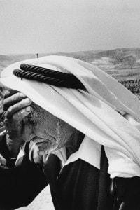Circa 1990. Un vecchio palestinese soffre per la perdita della sua terra, confiscata dai coloni israeliani durante il conflitto israelo-palestinese.