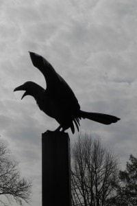 La statua di un corvo davanti alla casa di Edgar Allan Poe