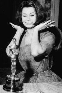 """Sophia Loren vince l'Oscar per migliore attrice protagonista per """"La Ciociara"""" di Vittorio De Sica"""