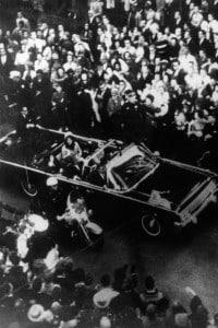 La limousine di John Fitzgerald Kennedy a Dallas qualche minuto prima della sparatoria