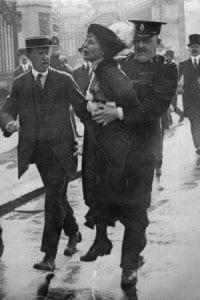 Arresto di Emmeline Pankhurst mentre cerca di presentare una petizione al re Giorgio V (Londra, 21 maggio 1914)