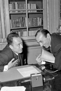 Parigi, 17 ottobre 1957: foto che ritrae Ragnar Kumlin mentre annuncia ad Albert Camus di aver vinto il premio Nobel per la letteratura.