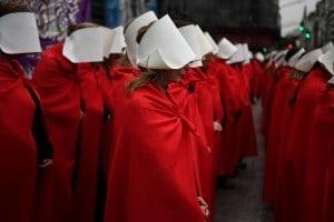 """Manifestanti in Argentina per il diritto all'aborto sfilano vestite da """"ancelle"""" del romanzo di Margaret Atwood """"The handmaid's Tale"""""""