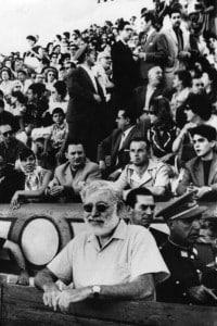 Lo scrittore americano Ernest Hemingway durante una corrida spagnola a Madrid.