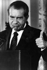 9 agosto 1974: Richard Nixon solleva il pollice dopo aver annunciato le dimissioni per il caso Watergate