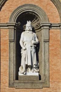 Federico II di Svevia, che fu grande mecenate per poeti e intellettuali. Alla sua corte nacque la Scuola Siciliana