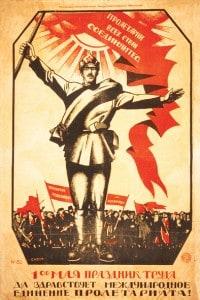Un rivoluzionario russo alza una bandiera rossa davanti a una folla di lavoratori in un poster per il Primo Maggio, una tipica festa socialista