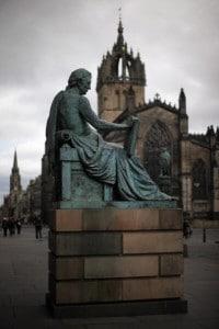 La statua del filosofo David Hume sulla Royal Mile, a Edimburgo