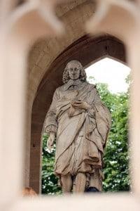 Statua di Blaise Pascal situata sotto la Torre di Saint-Jacques, nel centro di Parigi