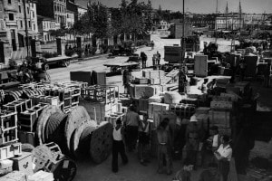 Un'immagine di Pola negli anni dell'esodo italiano: le persone in partenza preparano le masserizie da caricare sulle navi per l'Italia