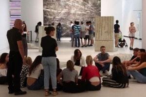 Ragazzi durante un laboratorio all'interno del museo