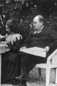 Emile Zola legge il giornale L'Aurore con la sua famiglia. Da sinistra a destra: Jacques, moglie Jeanne e Denise