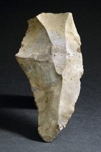 Ascia a mano scheggiata dell'età paleolitica