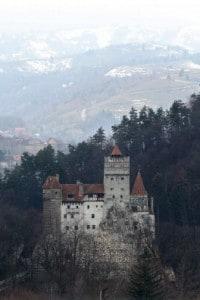 """Castello di Bran, famoso come """"il castello di Dracula"""", sorge tra le montagne della Transilvania"""
