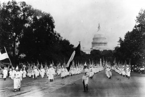 Una manifestazione del Ku Klux Klan dei primi del '900