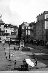 Piazza Campo de' Fiori a Roma. Al centro, il monumento a Giordano Bruno