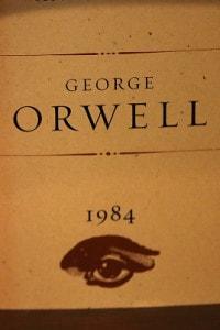 """Una copia del romanzo """"1984"""" di George Orwell"""