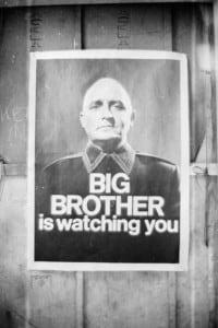 """Manifesto con le famose parole """"Grande fratello ti guarda"""" del romanzo """"1984"""" di G. Orwell"""