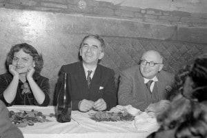 Elsa Morante (a sinistra), Pietro Nenni e Luigi Longo (a destra) al ristorante, Roma 1948