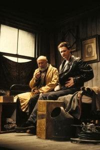 Donald Pleasence (nel ruolo di Davies) e Peter Howitt (nel ruolo di Mick) si esibiscono nell'opera teatrale di Harold Pinter, The caretaker