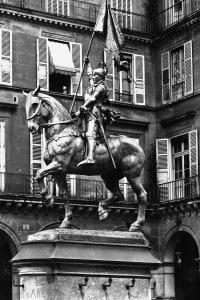Monumento equestre di Giovanna d'Arco collocato nel cortile del Museo del Louvre a Parigi